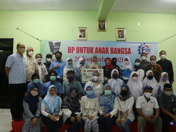 """Penyerahan """"HP Untuk Anak Negeri"""" Oleh Gerakan Alumni Peduli (Alumni SMK 182745) Dan Yayasan F999"""